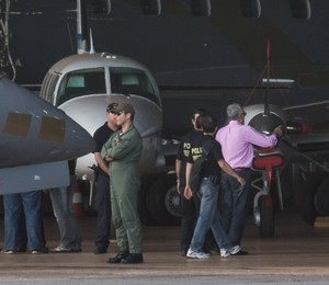 O ex-presidente do PT José Genoíno durante transferência a Brasília, onde está preso desde sábado (16) (Foto: Marcello Casall / ABr)