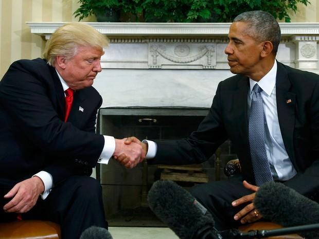 O presidente Barack Obama cumprimenta o presidente eleito, Donald Trump, no Salão Oval da Casa Branca, em Washington, na quinta (10) (Foto: Reuters/Kevin Lamarque)