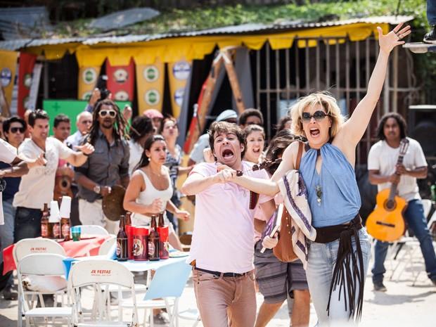 Multidão se revolta ao descobrir a farsa de Samantha (Foto: Raphael Dias/TV Globo)