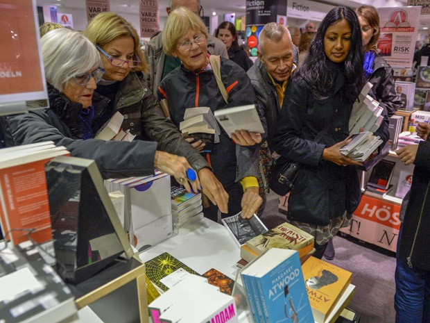 Livros do escritor francês Patrick Modiano são disputados em uma livraria em Estocolmo, na Suécia, minutos após anúncio do Nobel de Literatura (Foto:  REUTERS/Henrik Montgomery/TT News Agency)