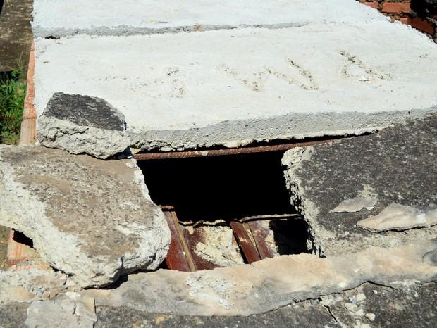 Caixão exposto em túmulo do Cemitério da Vila Rezende em Piracicaba (Foto: Claudia Assencio/G1)