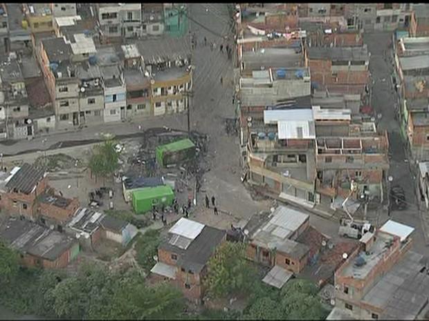 Contêineres de UPP danificados após ataques (Foto: Reprodução/TV Globo)
