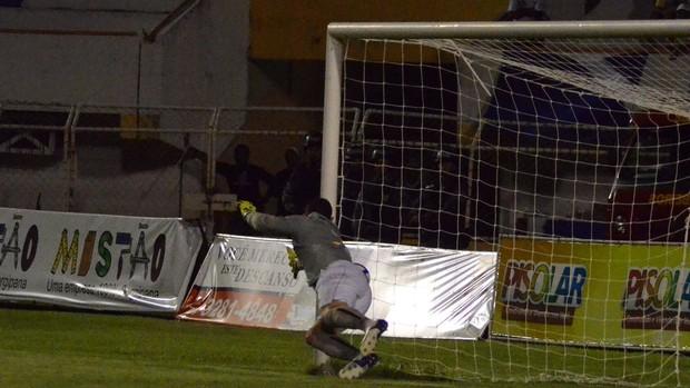 Goleiro Vinícius se estica, mas não evita o gol de Rafael (Foto: João Áquila/GLOBOESPORTE.COM)