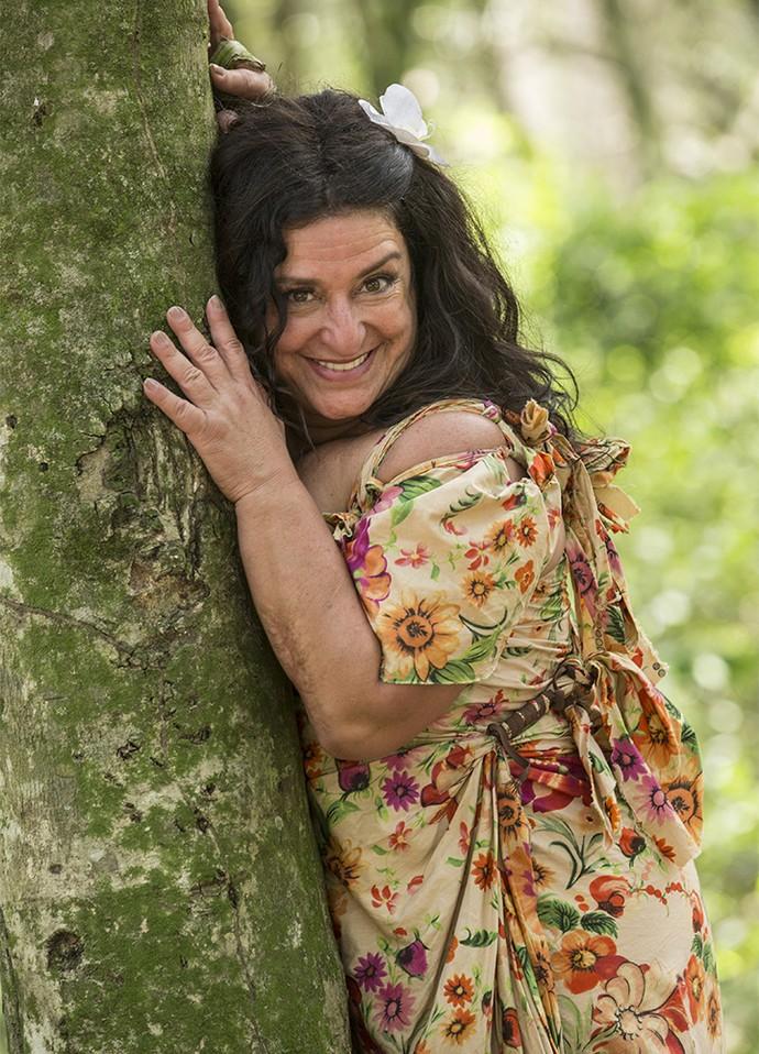 Teodora adapta o visual para ilha deserta (Foto: Felipe Monteiro/Gshow)