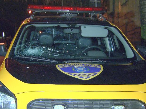 Carro da Guarda Municipal danificado durante confusão em Piracicaba (Foto: Reprodução/EPTV)
