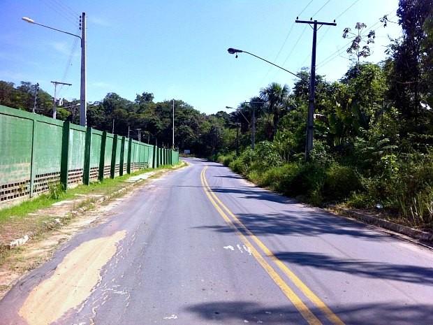 Corpo foi localizado no Ramal da Praia Dourada, em Manaus (Foto: Ísis Capistrano/G1 AM)