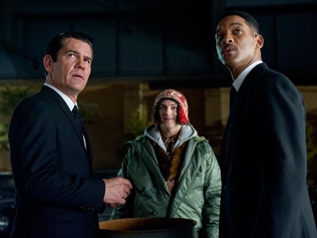 O jovem K (Josh Brolin) e J (Will Smith) em cena com o alienígena vidente Griffin (Michael Stuhlbarg) que os ajuda na missão (Foto: Divulgação)