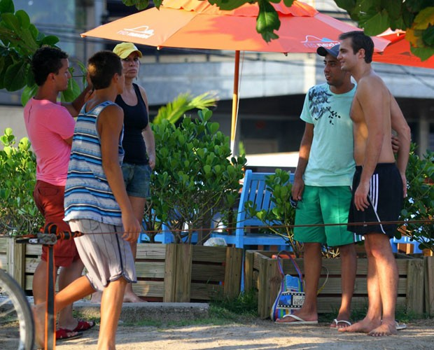 Max Fercondini tira foto com fãs (Foto: Henrique Oliveira/Foto Rio News)