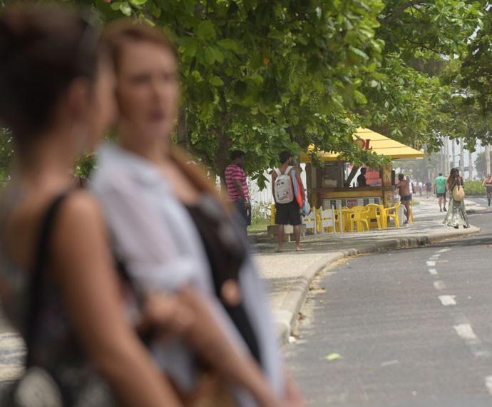 Alceste, ao fundo, é vista por Ximena e Bruna (Foto: Raphael Dias/Gshow)