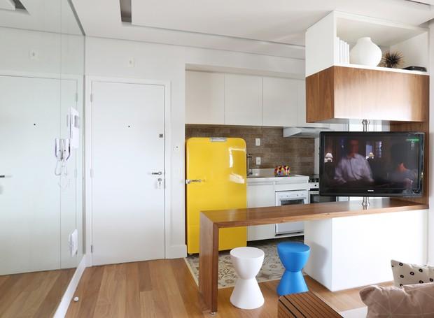 apartamento pequeno ganha mais espa o com sala e cozinha integradas casa e jardim decora o. Black Bedroom Furniture Sets. Home Design Ideas