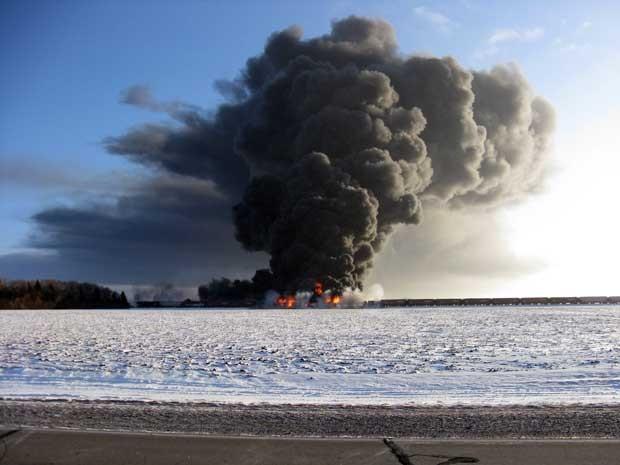 Grande quantidade de fumaça na região onde trens colidiram. (Foto: Ken Pawluk / AP Photo)