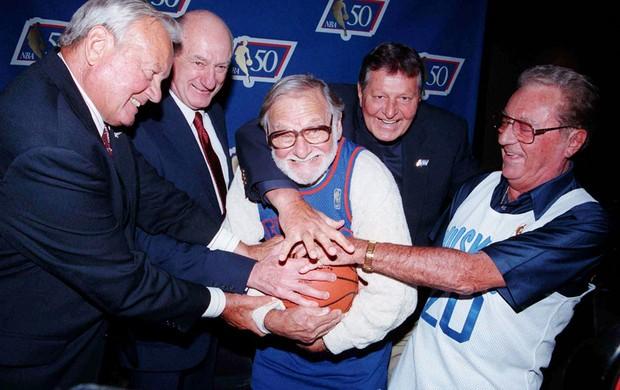 basquete Ossie Schectman autor da primeira cesta da NBA (Foto: Agência AP)