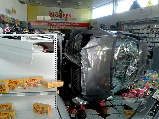 Carro invade farmácia em Jabaotão dos Guararapes, PE (Foto: Marjorye Cavalcanti / TV Globo)