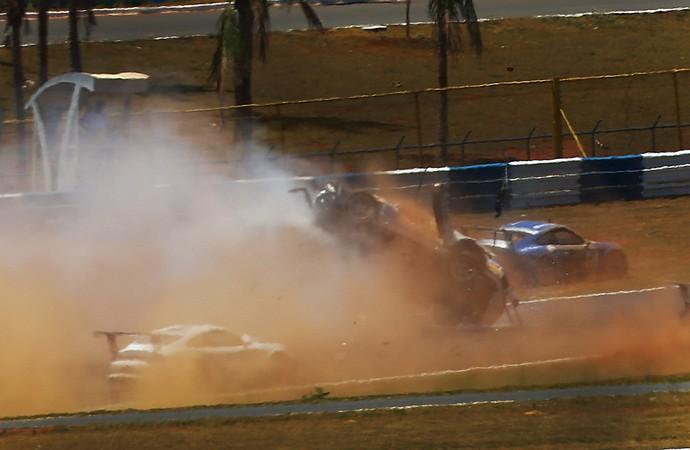 Acidente de Pedro Piquet na etapa de Goiânia da Porsche Cup (Foto: Luca Bassani)