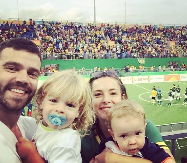 Regiane Alves com marido e filhos (Foto: Reprodução)