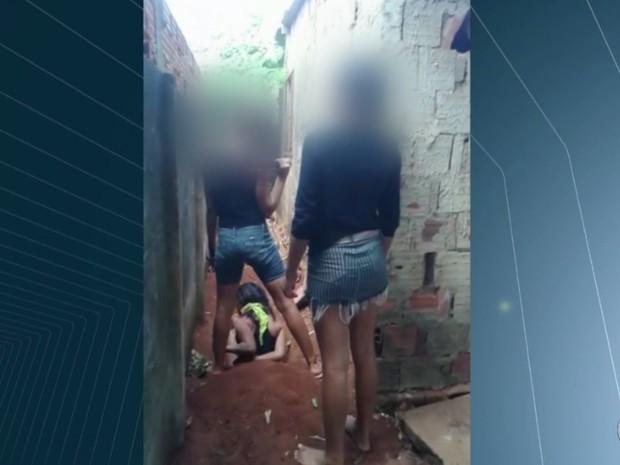 Adolescente torturada chegou a ser colocada em cova, em Trindade, Goiás (Foto: Reprodução/ TV Anhanguera)
