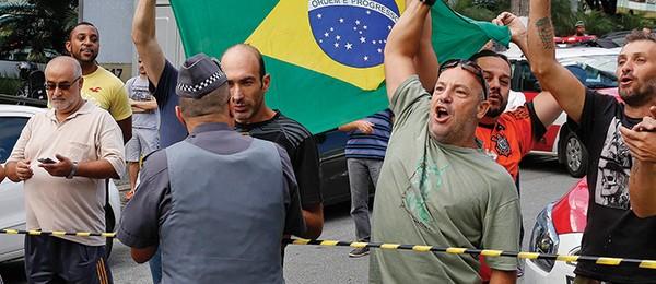 Manifestação em frente ao prédio de Lula, em São Bernardo, durante a busca da PF  (Foto: AP)