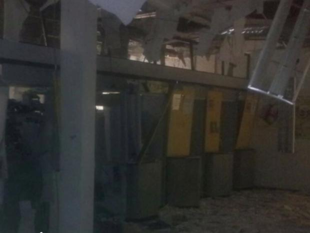 Agência ficou completamente destruída depois de explosão, em Goiás (Foto: Reprodução/TV Anhanguera)