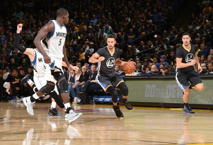 Stephen Curry se destacou pelos donos da casa na NBA (Foto  Andrew D. 1bce5159d1f80