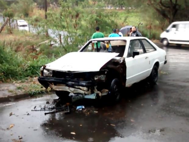 Carro caiu em córrego com 5 pessoas em Leme (Foto: Portal Leme News)