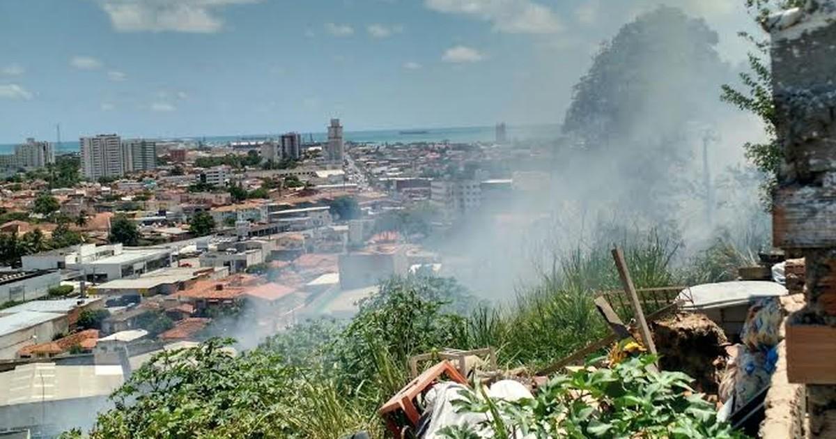 Incêndio atinge vegetação no bairro do Jacintinho, em Maceió - Globo.com