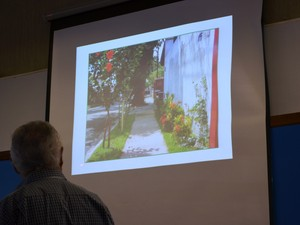 Calçadas com áreas verdes permeáveis ajudam a evitar enchentes (Foto: Stefhanie Piovezan/G1)