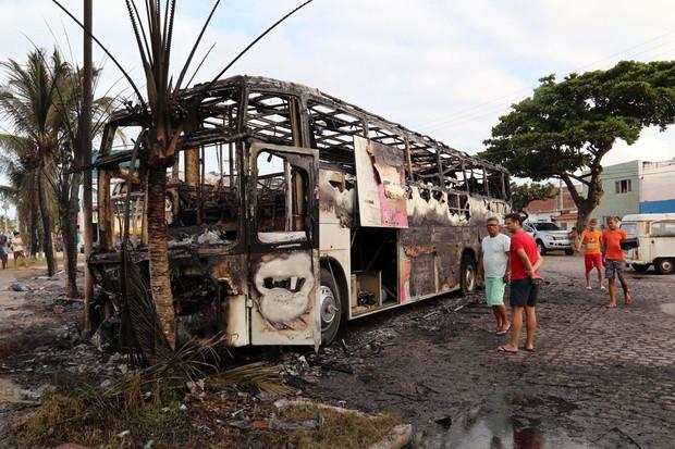 Ôninus que foi queimado por Bandidos na Zona Leste de Natal (RN), sábado (30) (Foto: FRANKIE MARCONE/FUTURA PRESS/FUTURA PRESS/ESTADÃO CONTEÚDO)