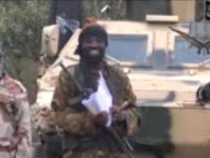 Abubakar Shekau, líder do Boku Haram, em imagem de vídeo em que assume o sequestro das meninas (Foto: AFP)