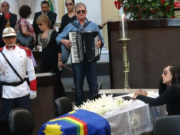 Liv Moraes se despede do pai, Dominguinhos. Ao lado, Saviano do Acordeon, irmão de Guadalupe, ex-mulher do músico, presta sua homenagem (Foto: Katherine Coutinho/G1)