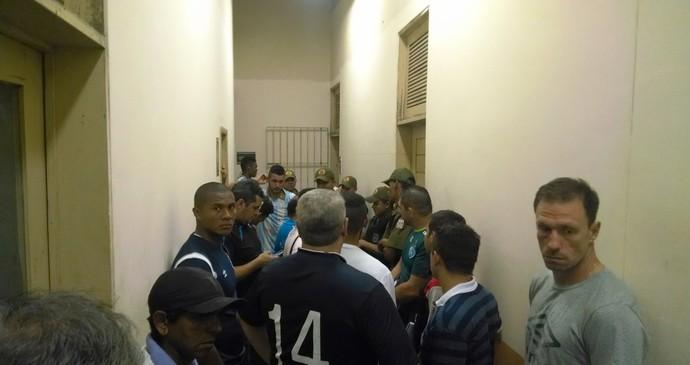 Jogadores e diretores de Remo e Paysandu na delegacia do Mangueirão (Foto: Pedro Cruz)