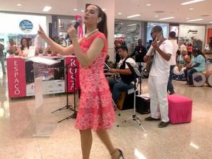 Cantora Gilmelândia, madrinha da campanha, fez pocket show durante a inauguração (Foto: Natally Acioli/G1)