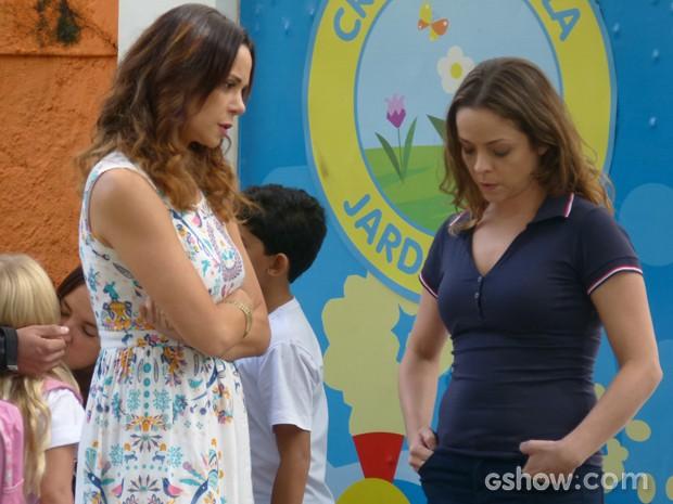 Juliana fica sem chão ao saber que Iolanda buscou Bia na creche (Foto: Em Família / TV Globo)
