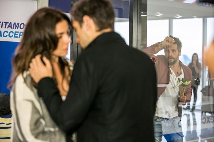 Mario chega de surpresa no aeroporto e logo vê Alice com outro (Foto: Ellen Soares/Gshow)