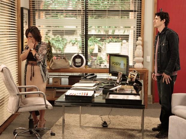 Roberta chora e expulsa Nando de sua sala (Foto: Guerra dos Sexos/TV Globo)
