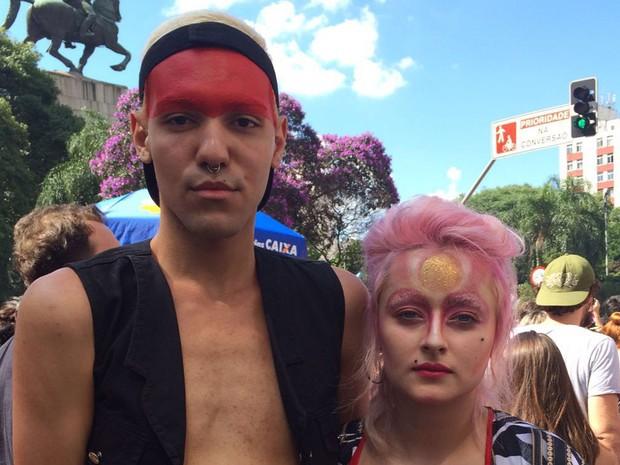 Os estudantes Gabriel Lma de Gabriela Andrade vieram ao cortejo com uma maquiagem usada pelo britânico em alguns de seus shows. (Foto: Isabela Marinho/G1)