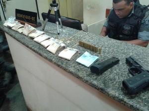 Com o suspeito foram apreendidos R$ 11 mil, joias e uma pistola Ponto 40 (Foto: Aline Ferreira/TV Amapá)