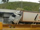 Caminhoneiro perde controle de carreta e bate em pedágio de Igaratá