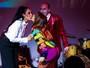 Sabrina Sato dá selinho e exibe corpo sarado em teatro paulista