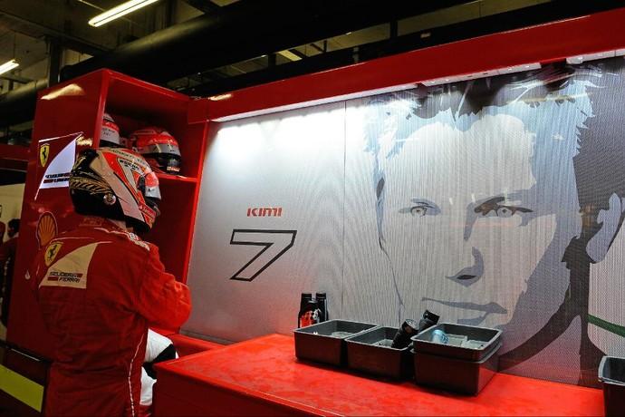 Kimi Raikkonen nos boxes da Ferrari durante a temporada de 2014 (Foto: Divulgação)