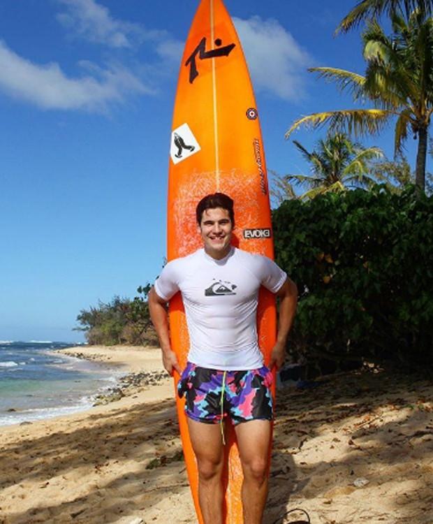 Nicolas Prattes aproveita férias para surfar (Foto: Reprodução/Instagram)