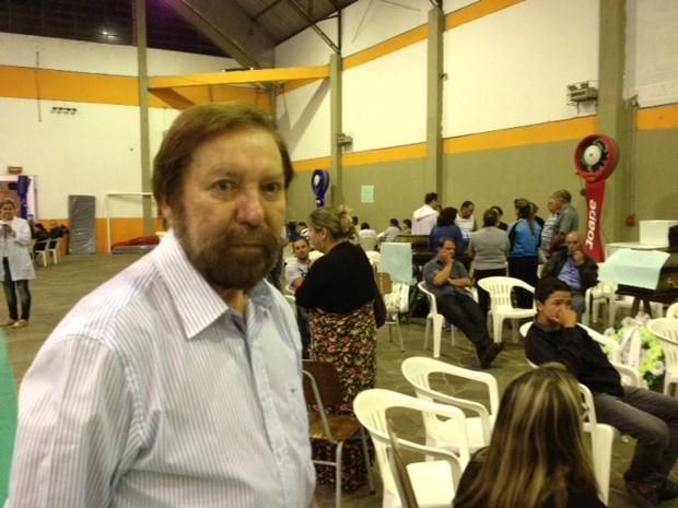 Padre escritor traz mensagem de esperança aos familiares (Foto: Iara Lemos/ G1)