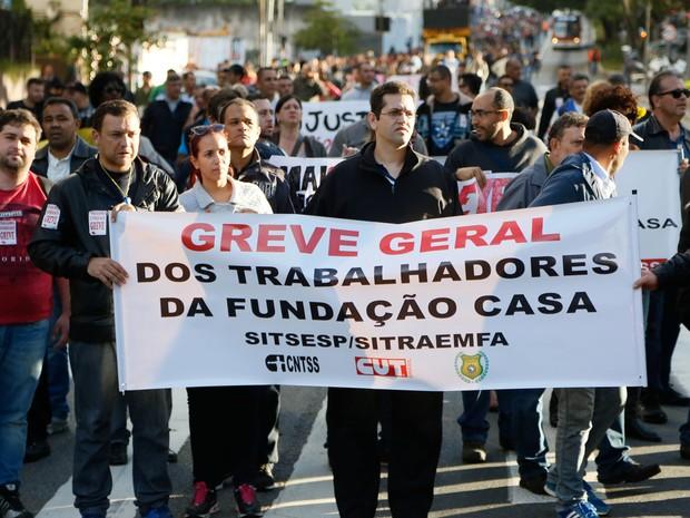 Funcionários da Fundação Casa fizeram passeata nesta terça-feira (Foto: Marcelo D. Sants/Framephoto/Estadão Conteúdo)