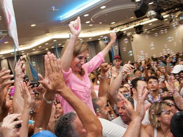 Dárcy Vera celebra a vitória em meio a eleitores e assessores em Ribeirão Preto, SP (Foto: Érico Andrade/G1)
