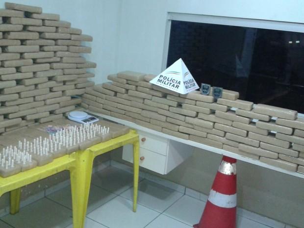 Droga foi apreendida em lage da residência (Foto: Divulgação/Polícia Militar)