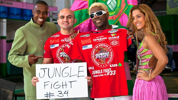 Wallid Ismail posa ao lado de Ivo Meirelles e do casal de mestre-sala e porta-bandeira da Mangueira (Foto: Divulgação)