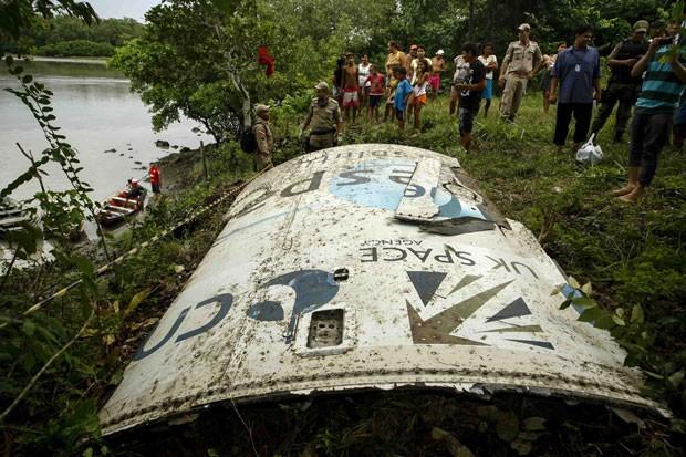 Pedaço de material que pode ser de fuselagem de foguete espacial foi encontrado em localidade do Pará (Foto: Tarso Sarraf/Estadão Conteúdo)