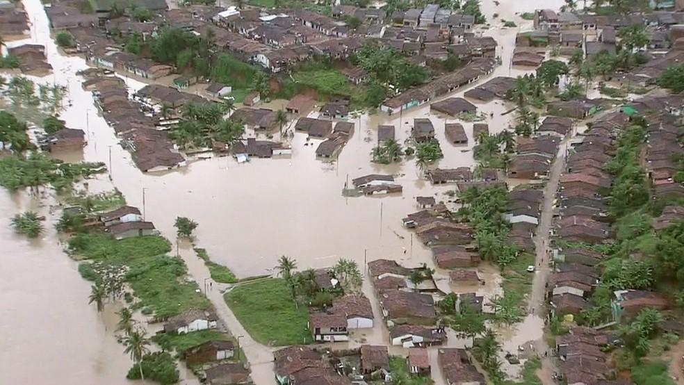 Caruaru: cidade, que estava em situação de emergência por conta das secas, agora também enfrenta emergência em razão da chuva (Foto: Reprodução/TV Globo)