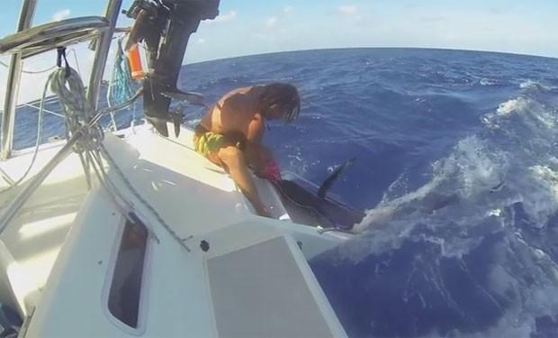 Bruce Habour quase foi atingido por marlim enquanto puxava o peixe (Foto: Reprodução/YouTube/Skabenga Lures)