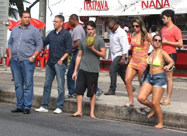 Olin Batista e Babi Rossi na praia (Foto: Dilson Silva / AgNews)