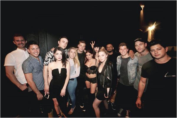 A atriz Ariel Winter cercada por amigos (Foto: Instagram)